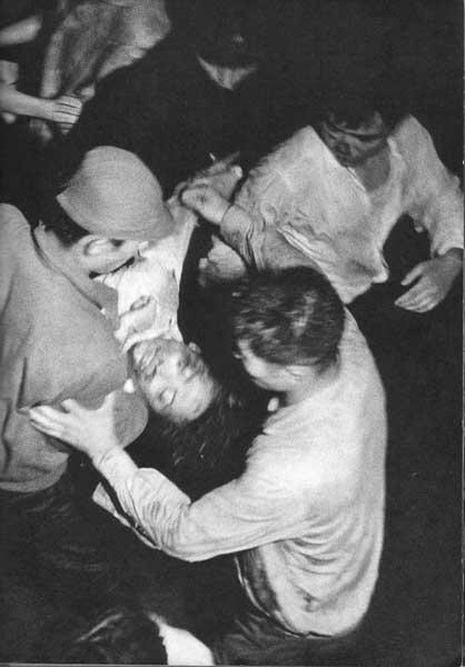 機動隊に虐殺された樺美智子さんを救い出す学生たち