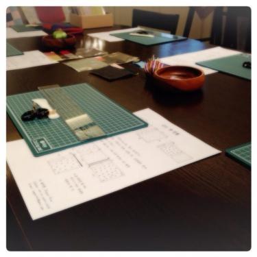 テーブルにセッティングされたお裁縫道具。