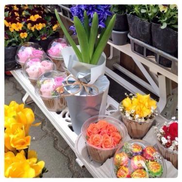 近くの花屋さんにて。小さくてももらって嬉しいプレゼント♡
