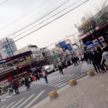 夕方の韓国外国語大学前の交差点。多くの学生でにぎわっていました。