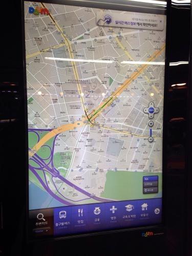 前回ご紹介した携帯アプリのDaum Maps。駅の中でもあり、無料で使えます^^