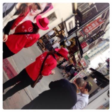 イデにも観光で来て迷っても安心^^赤い制服の観光案内のみなさんが今日もイデで案内中です^^