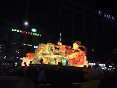 2014年の燃燈会のパレード。