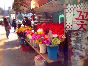 街の至る所にある花屋さんの屋台。