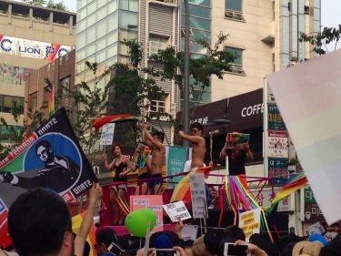 カーパレード。回りの方々も大盛り上がり。