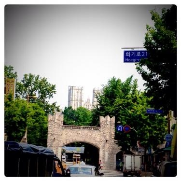 キョンヒ大学。正門通りからもキャンパスが目をひきます。