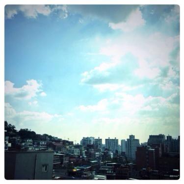 梅雨の中休み。すっかり夏の空のソウル。