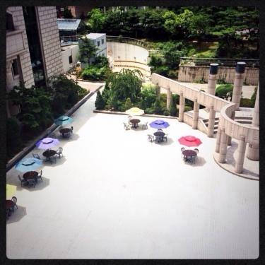 韓国外国語大学。語学堂の建物の裏側に可愛いテラスが…。