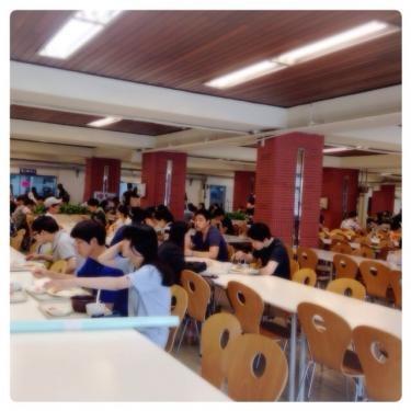 食堂内は結構広くて多くの学生さんが利用していました^^