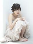 志田未来 セクシー 白ドレス 体育座り カメラ目線 女優 高画質エロかわいい画像4