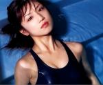 小倉優子 セクシー スクール水着 カメラ目線 濡れている おっぱいの谷間 顔アップ プール 脇 高画質エロかわいい画像61