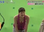 綾瀬はるか セクシー 胸チラ おっぱいの谷間 笑顔 前屈み 地上波キャプチャー 高画質エロかわいい画像23
