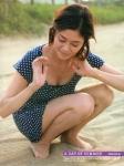 真木よう子 セクシー 胸チラ おっぱいの谷間 しゃがみ 女優 砂浜 高画質エロかわいい画像7