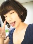 松嶋初音 セクシー ウインク 舌出し ピース 顔アップ カメラ目線 高画質エロかわいい画像11