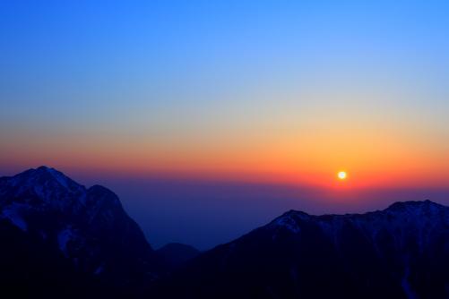 東駒ヶ岳と早川尾根を擁して昇る朝日