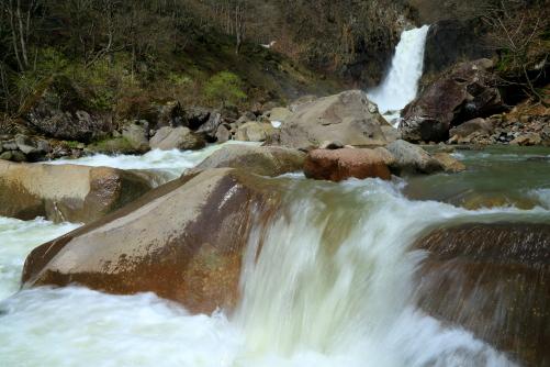 関川の渓流と苗名滝