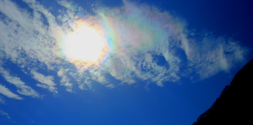 苗名滝の上空に湧いた彩雲と太陽