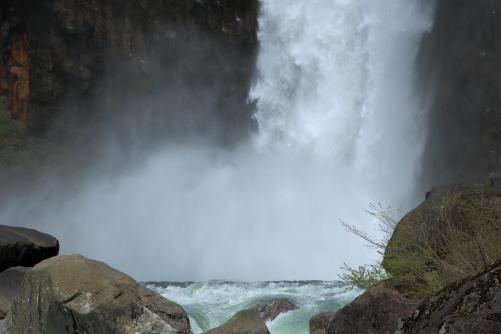 地雷滝の別名が付く苗名滝