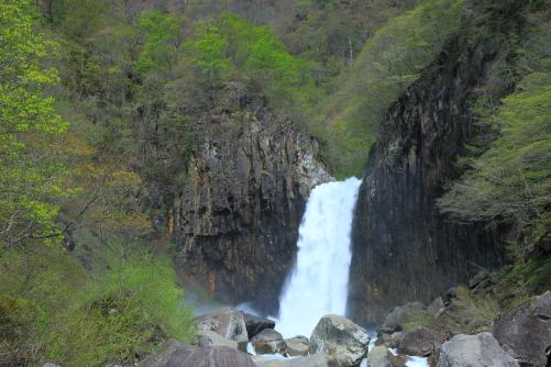 新緑鮮やかな苗名滝