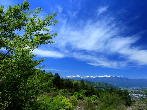 青空に雲の映える初夏の高遠町