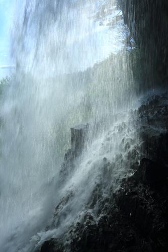 乙女滝を真横から逆光線を利用して滝の力強さを