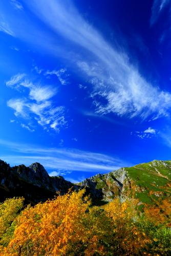 雲と黄葉の映える宝剣岳