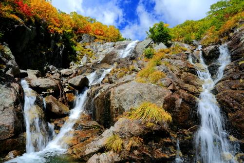 紅葉の映える中御所渓谷鏡ノ滝