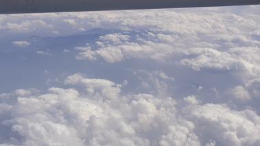 屋久島上空 雲 山上に雪