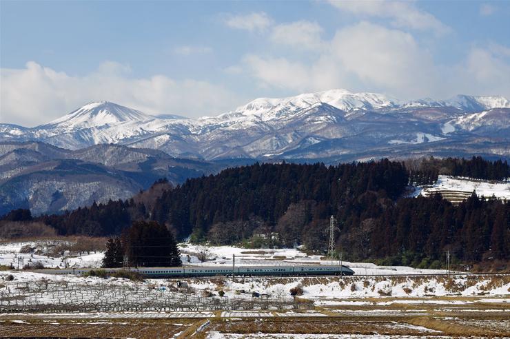 吾妻山麓を行く「つばさ」