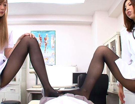淫乱な女医とギャルナースが黒パンストで誘惑し脚コキ抜きの脚フェチDVD画像3