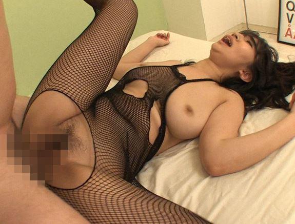 爆乳ボディにエロ過ぎる全身網タイツ着衣でパコる淫乱女の脚フェチDVD画像5