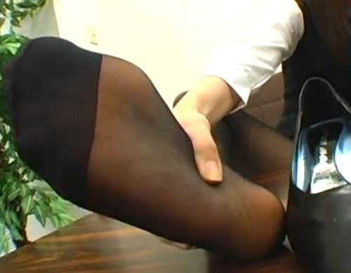 OLの蒸れて酸っぱい匂いがする黒パンストの足裏で足コキの脚フェチDVD画像3