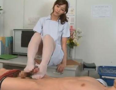 痴女ナースの白ガーターストッキングで脚コキされてザー汁暴発の脚フェチDVD画像3