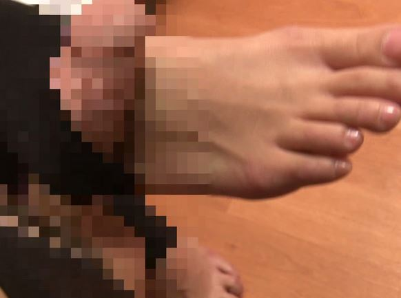 素足の足指とナイロンの太腿が同時に味わえるトレンカコキの脚フェチDVD画像5