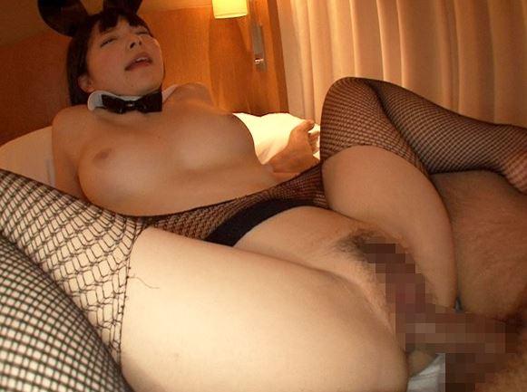 デカ尻バニーの上原亜衣が網タイツ着衣SEXで潮吹きしまくるの脚フェチDVD画像4