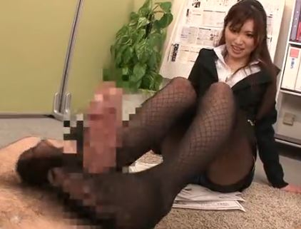 エロぃ京都弁のセースルレディが黒パンスト美脚を使って枕営業の脚フェチDVD画像5