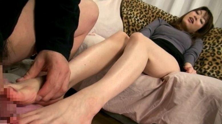 コタツの中にある姉の足にすごくムラムラしちゃうんですの脚フェチDVD画像2