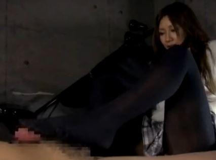 女子校生の蒸れて臭い黒タイツの足裏で射精するまで足コキ責めの脚フェチDVD画像5