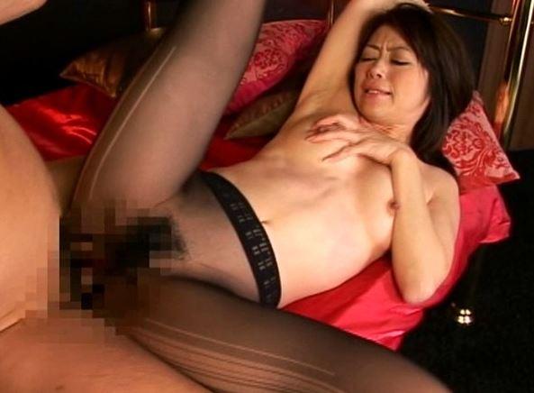 北条麻妃の高級パンストを嗅いで舐めて擦られ破ってブチ込むの脚フェチDVD画像5