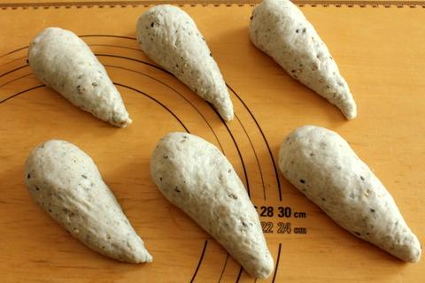 14.11.06アーモンドとチーズのごまバターロール_成形1