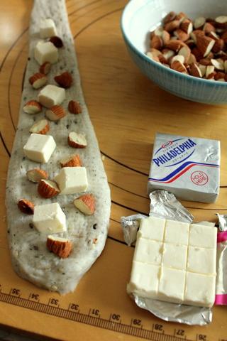 14.11.06アーモンドとチーズのごまバターロール_成形2