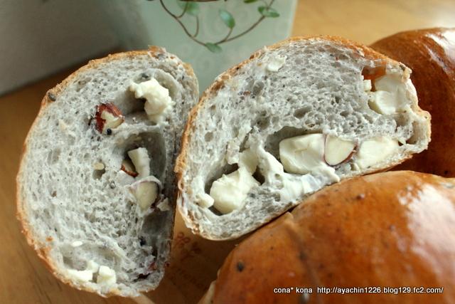 14.11.06アーモンドとチーズのごまバターロール_断面