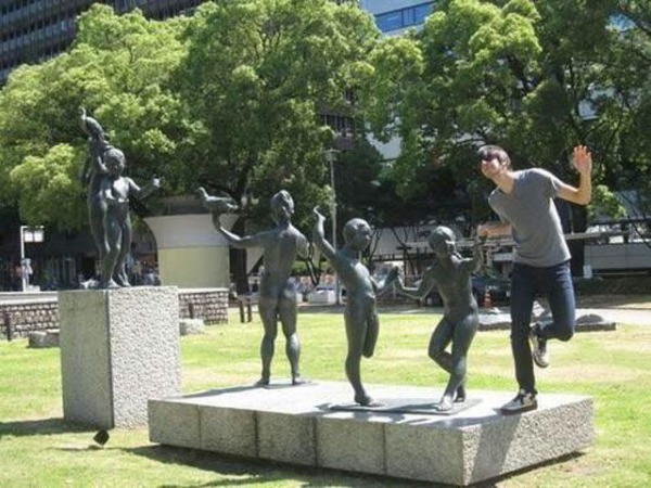 people_making_a_mockery_of_statues_640_01.jpg