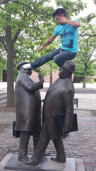 people_making_a_mockery_of_statues_640_02.jpg