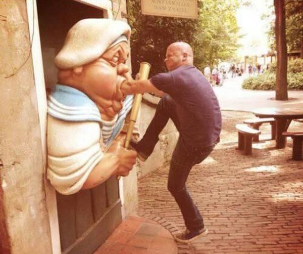 people_making_a_mockery_of_statues_640_03.jpg