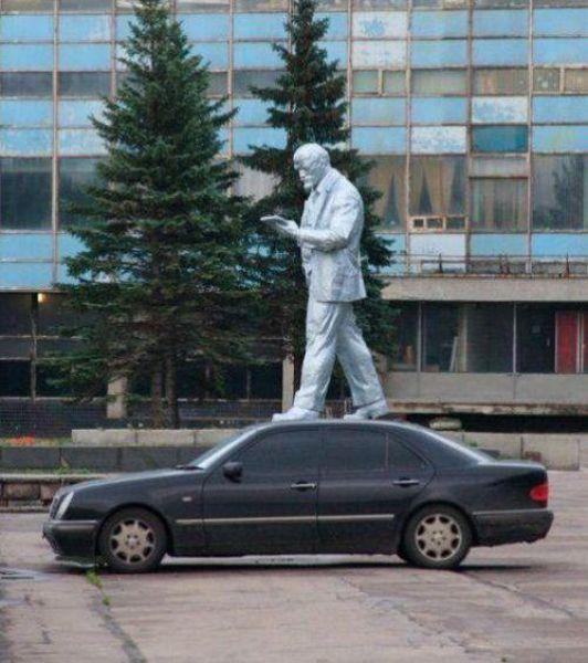 people_making_a_mockery_of_statues_640_09.jpg