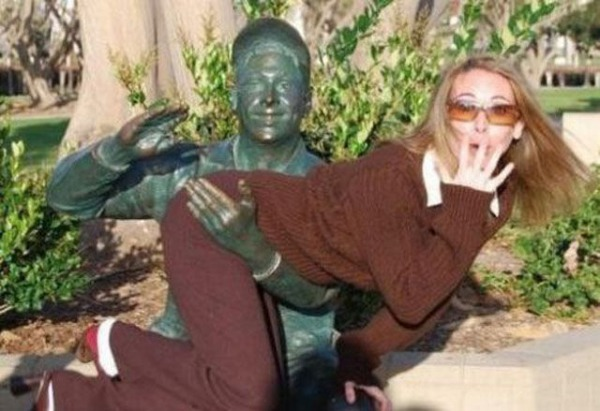 people_making_a_mockery_of_statues_640_11.jpg