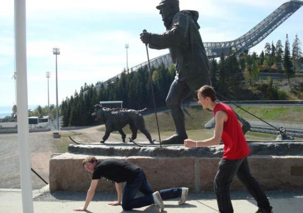 people_making_a_mockery_of_statues_640_12.jpg