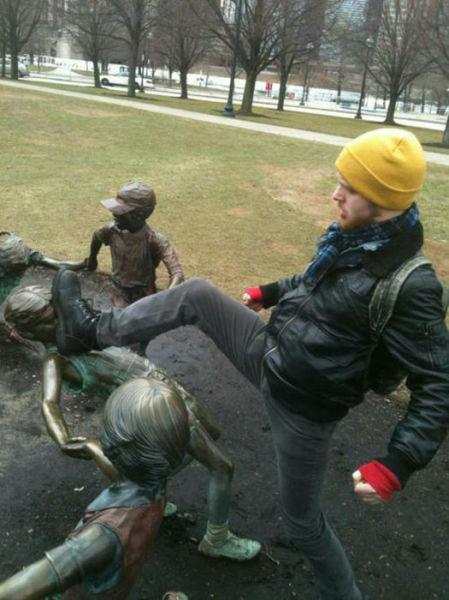 people_making_a_mockery_of_statues_640_13.jpg