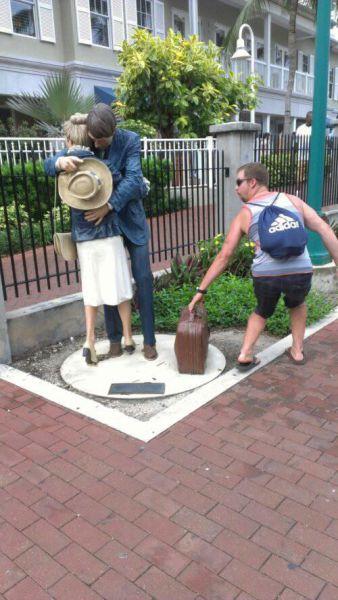 people_making_a_mockery_of_statues_640_17.jpg